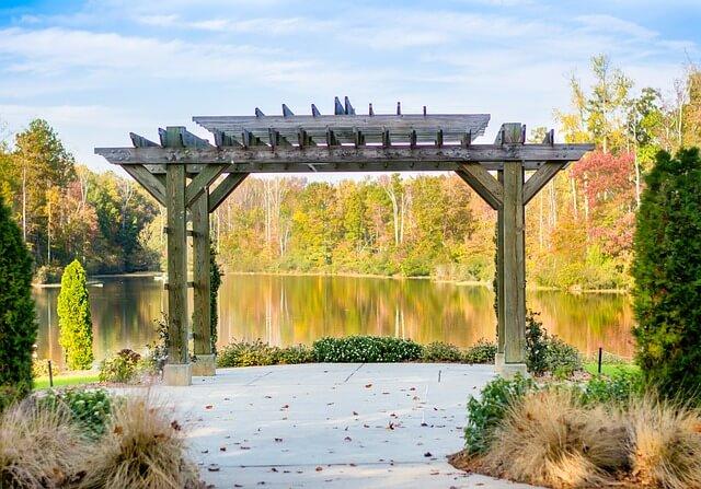 Svatební pergola u jezera