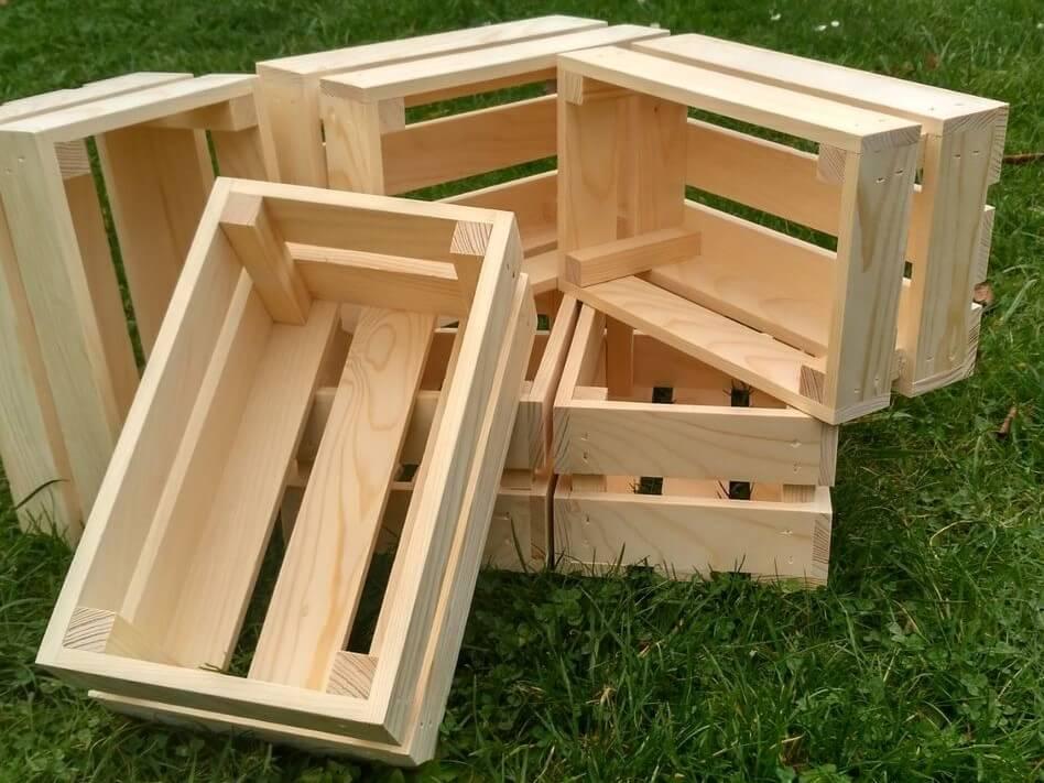 Dřevěné bedýnky na zahradě