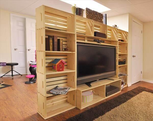 Stěna na televizi z dřevěných bedýnek