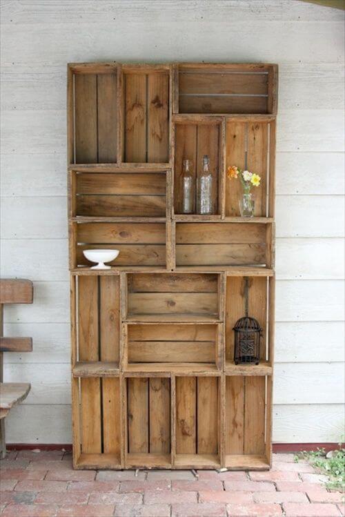Stěna z dřevěných bedýnek