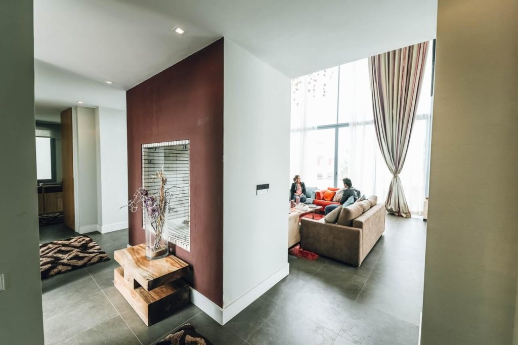 Dva lidé sedí na sedačce v obývacím pokoji