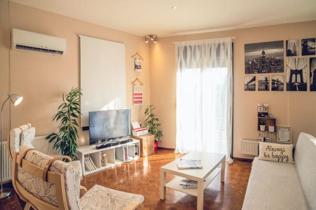 Světle hnědý obývací pokoj