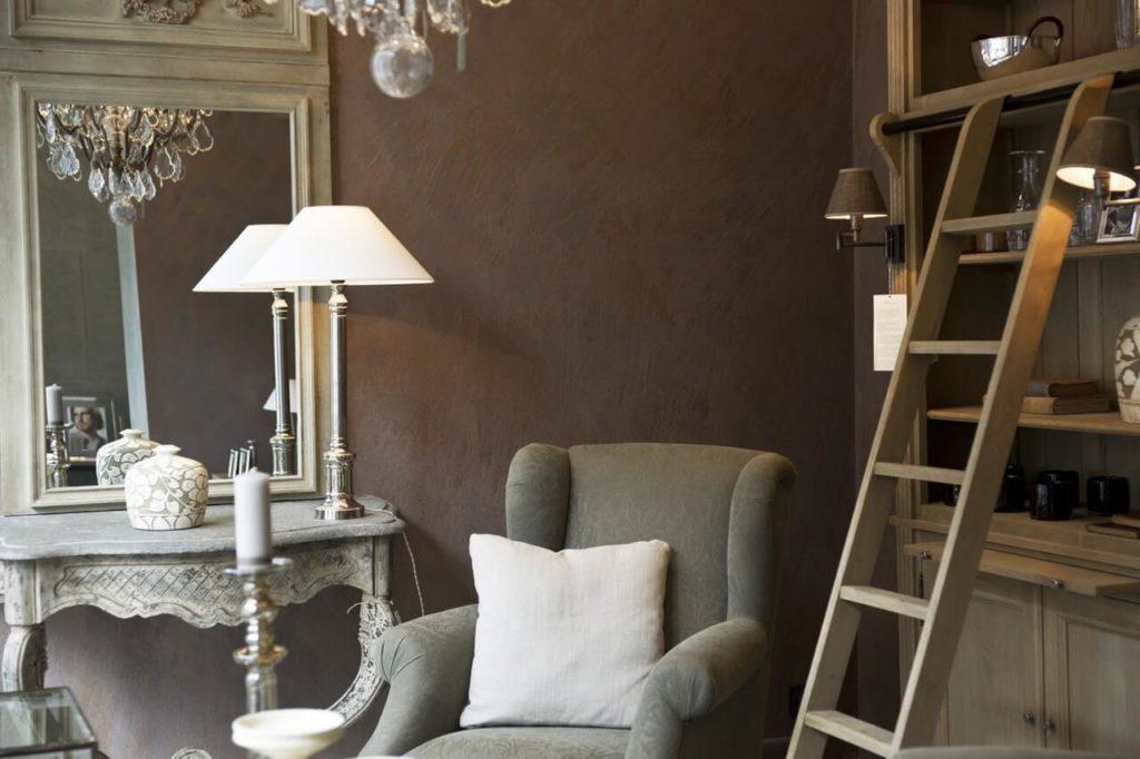 Tmavě šedé barvy v obývacím pokoji