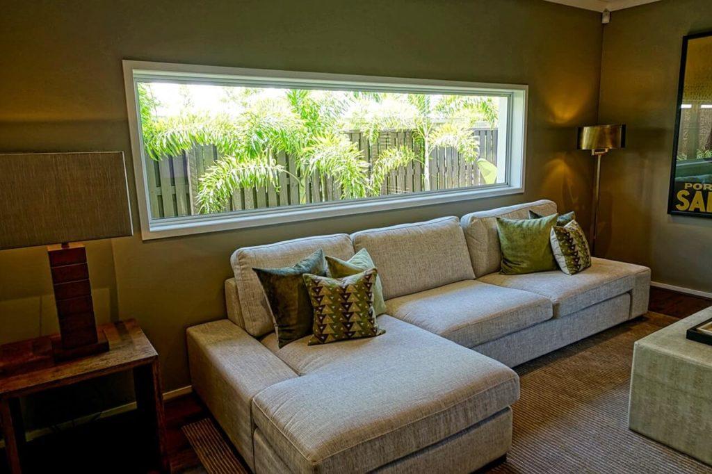 Tmavě zelený obývací pokoj
